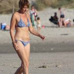 oudere dame op strand